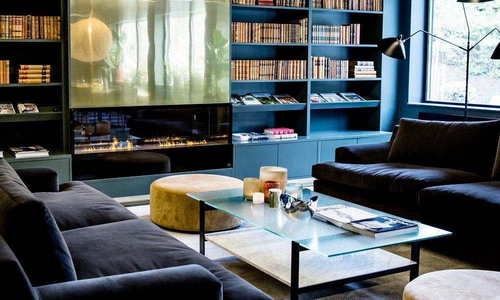 The House Loungemed bokhylla och lampa