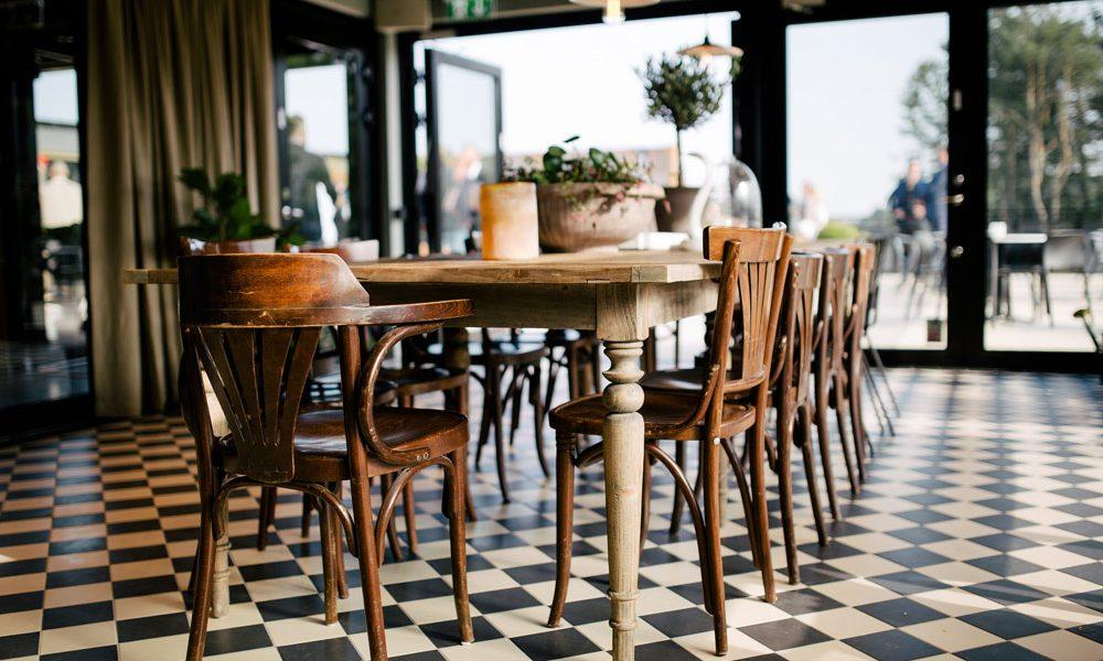 The House bord med stolar