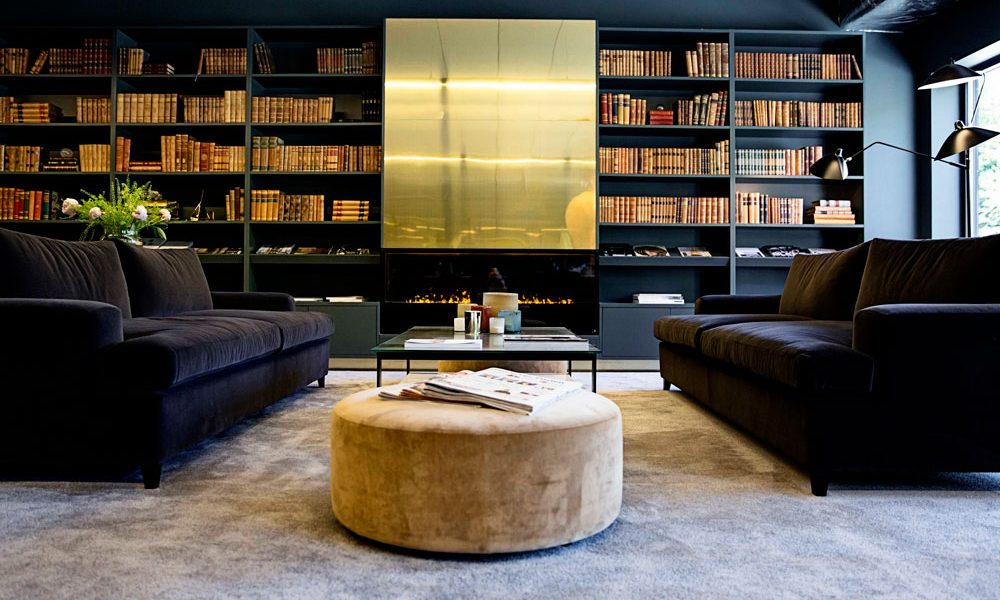 The House.- Lounge med bokfylla